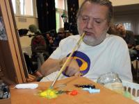 Bez rąk i nóg, maluje ustami - J.Omelczuk